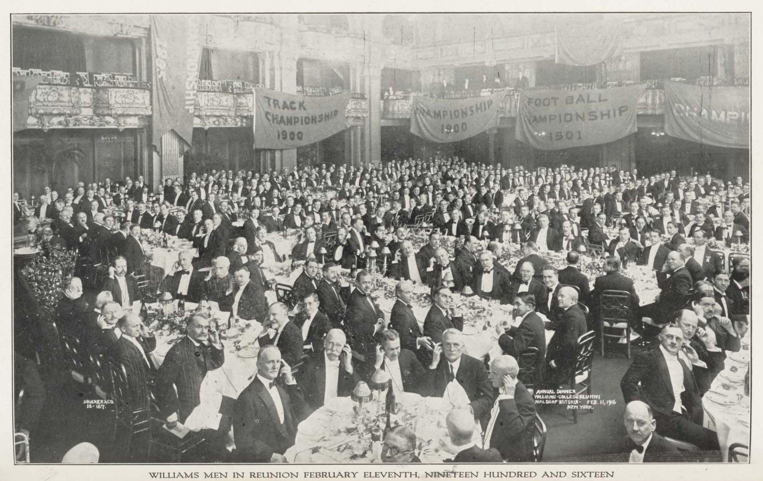 A black and white photo of Williams alumni at the 1916 New York City reunion dinner.